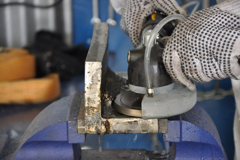 A-0503-Weldseam-Removal-disc-side-view-action-show-halfway-through-cut