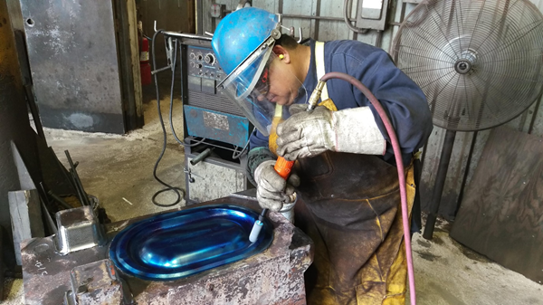 FUJI AIR TOOLS Industrial die Grinder provided by TFT-PNEUMATIC  being used with good safety practices